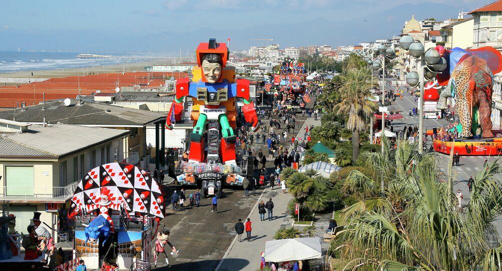 La maschera di Matteo Renzi al Carnevale a Viareggio