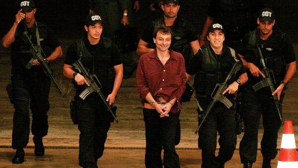Cesare Battisti escortato dai poliziotti brasiliani - Sputnik Italia