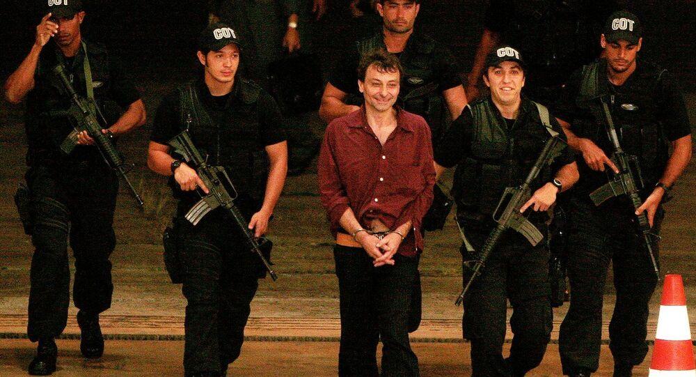 Cesare Battisti escortato dai poliziotti brasiliani
