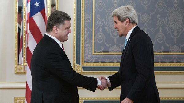 Presidente dell'Ucraina Petr Poroshenko e il segretario di Stato USA John Kerry - Sputnik Italia