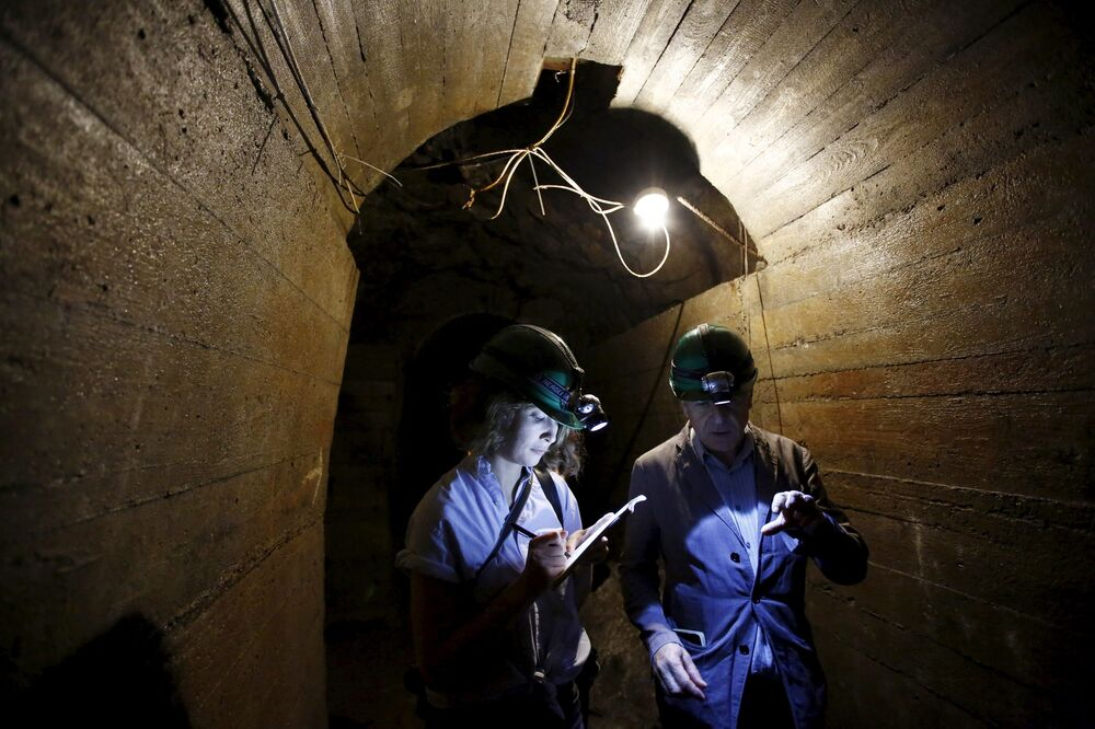 I giornalisti nei tunnel in cerca del treno d'oro sotto il Castello di Książ nella città di Wałbrzych in Polonia.