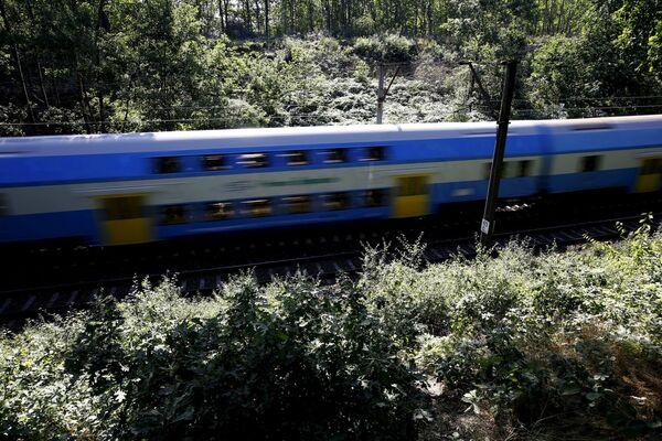 Un treno passa nei pressi della città polacca Wałbrzych dove sono condotte le operazioni di ricerca del treno d'oro. - Sputnik Italia