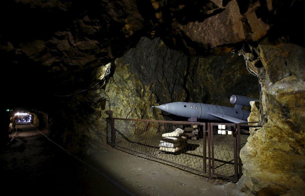 Una mostra per turisti in uno dei tunnel sotto il castello di Książ nella città di Wałbrzych in Polonia dove sono condotte le operazioni di ricerca del treno d'oro.