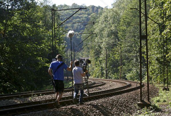 L'equipe televisiva si prepara a girare un servizio delle ricerche del treno d'oro nazista nei pressi della città di Wałbrzych. - Sputnik Italia