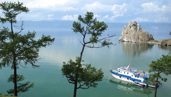Una nave naviga sul lago Bajkal vicino all'isola Ol'chon. - Sputnik Italia