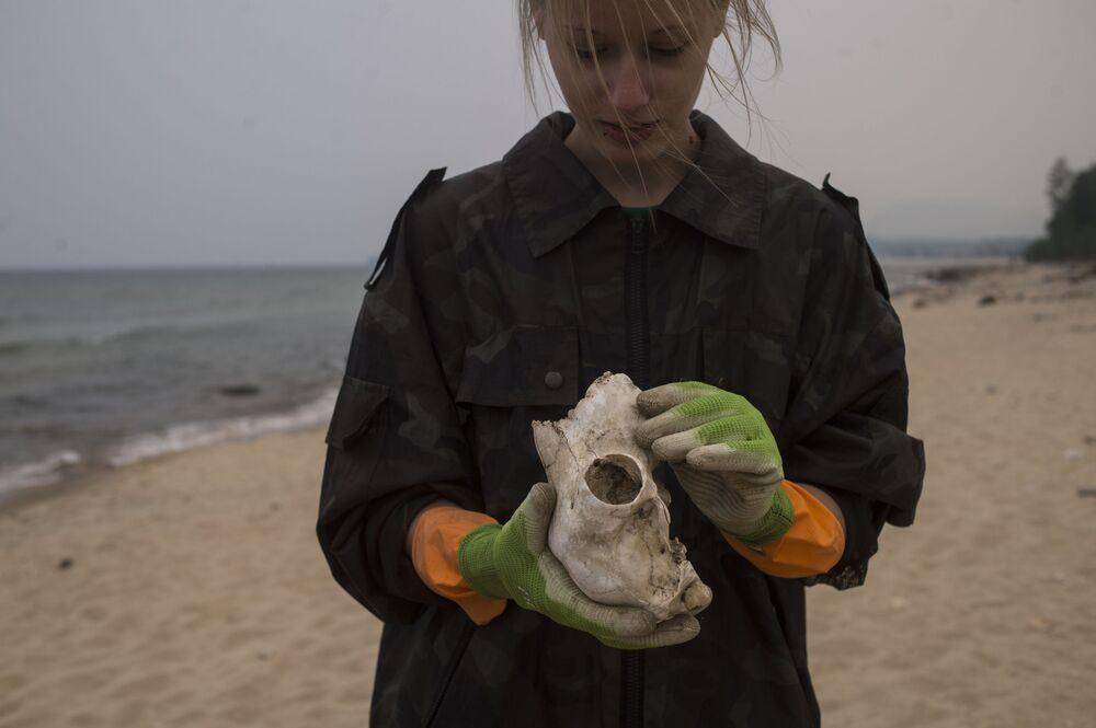 I volontari della Guardia Costiera del lago Bajkal raccolgono i rifiuti.