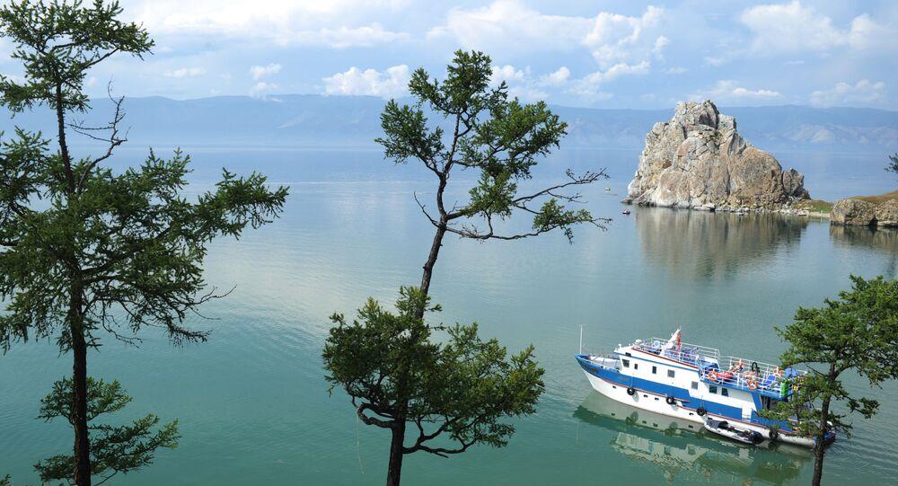 Una nave passa per il lago Baikal nei pressi dell'isola Olkhon.
