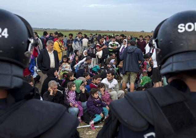 Profughi in Serbia dopo l'attraverso del confine ungherese (foto d'archivio)