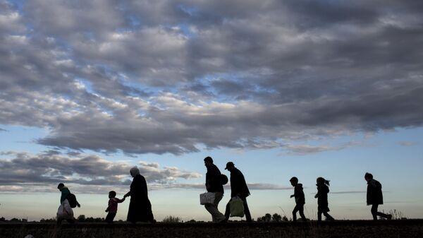 I profughi in cerca del passaggio in Ungheria - Sputnik Italia