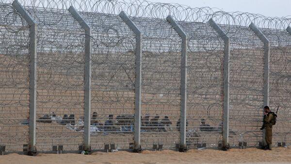 Un soldato israeliano vicino alla recinzione di confine - Sputnik Italia