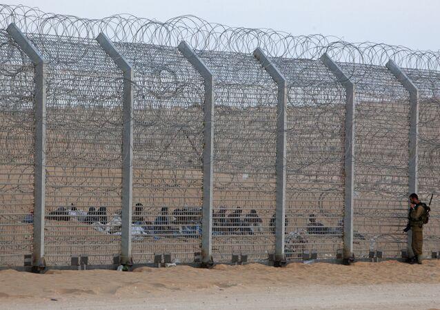 Un soldato israeliano vicino alla recinzione di confine
