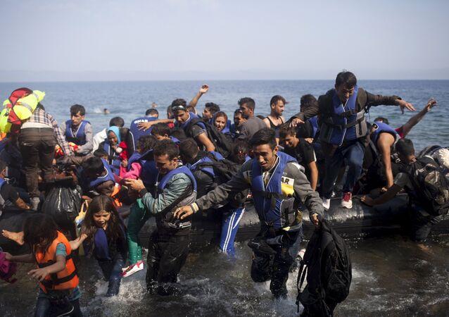 Migranti in arrivo all'isola greca di Lesbo