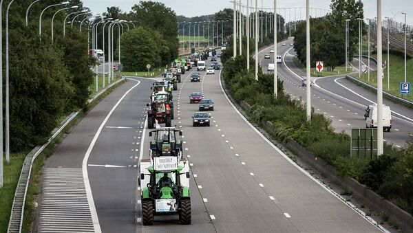Farmers drive their tractors in a line down a main motorway outside of Brussels, Belgium on Sunday, Sept. 6, 2015. Farmers are expected to demonstrate in Brussels on Monday, Sept. 7, 2015 - Sputnik Italia