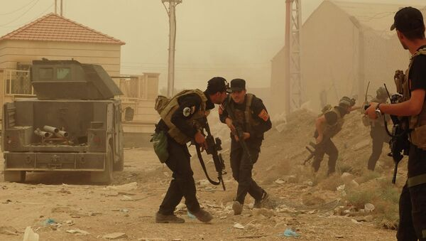 Security forces defend their headquarters against attacks by Islamic State extremists during sand storm in the eastern part of Ramadi, the capital of Anbar province, 115 kilometers (70 miles) west of Baghdad, Iraq, Thursday, May 14, 2015 - Sputnik Italia