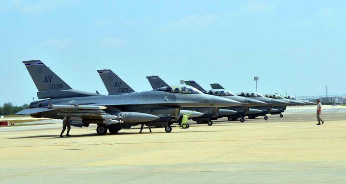 Gli aerei  US Air Force F-16 Fighting Falcons sono situati alla base miltare ad Aviano