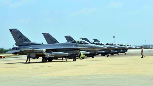 Aerei  US Air Force F-16 Fighting Falcons alla base miitare di Aviano - Sputnik Italia