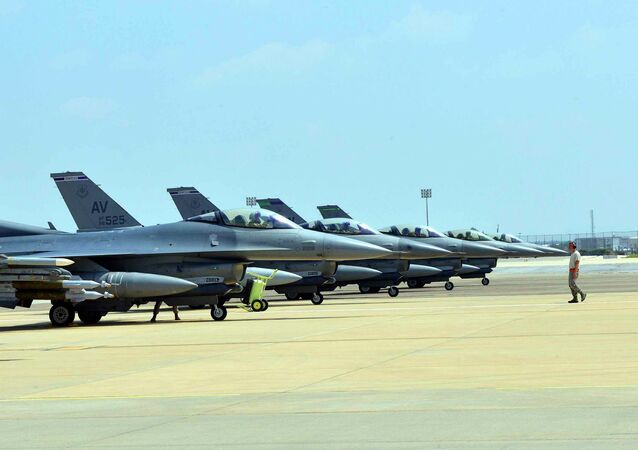 Aerei  US Air Force F-16 Fighting Falcons alla base miitare di Aviano