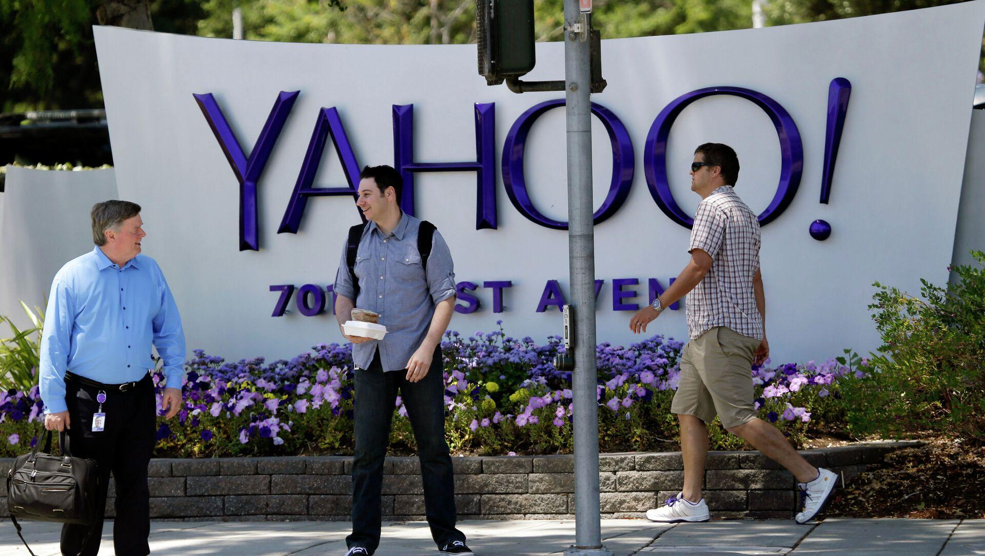 Gente passa vicino alla sede di Yahoo - Sputnik Italia, 1920, 06.04.2021