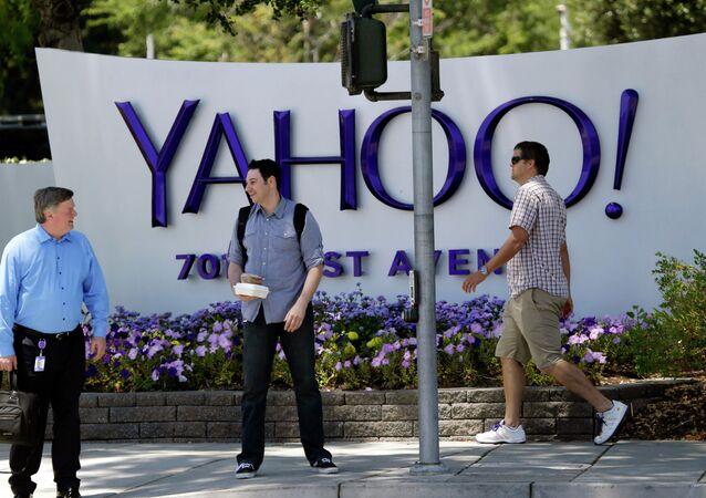Gente passa vicino alla sede di Yahoo