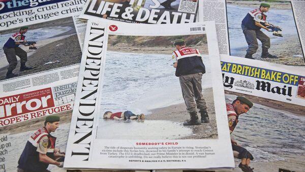 Prime pagine dei giornali britannici con le foto dell'annegato bambino Aylan - Sputnik Italia