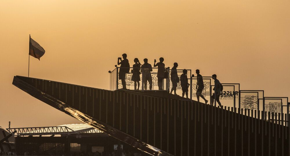 Visitatori sulla terrazza del Padiglione Russia a Expo Milano