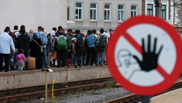 Migrants queue on the platform, waiting for a train at Vienna west railway station, Austria September 13, 2015 - Sputnik Italia