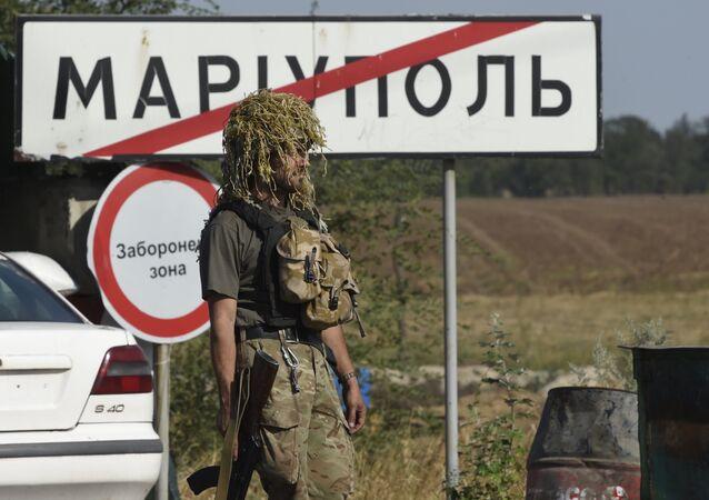 Soldato ucraino alla periferia di Mariupol