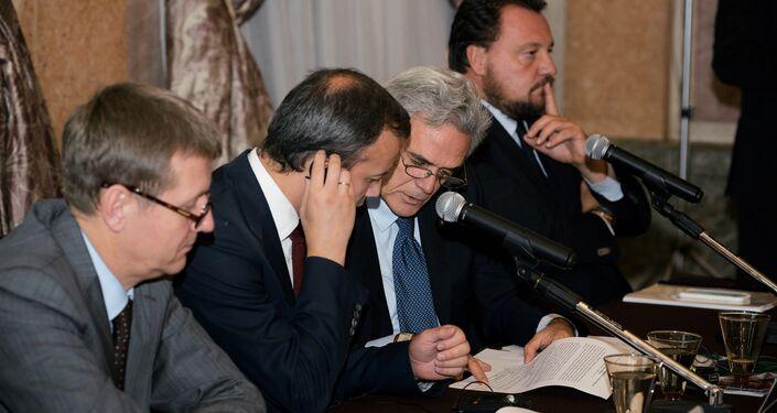 Il vice primo ministro russo Arkadiy Dvorkovich seduto a fianco dell'ambasciatore Regaglini.