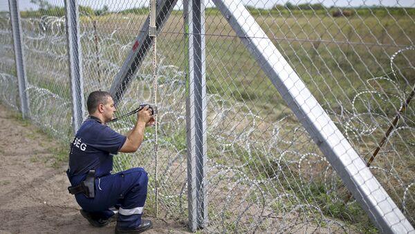 Un poliziotto al confine serbo-ungherese - Sputnik Italia