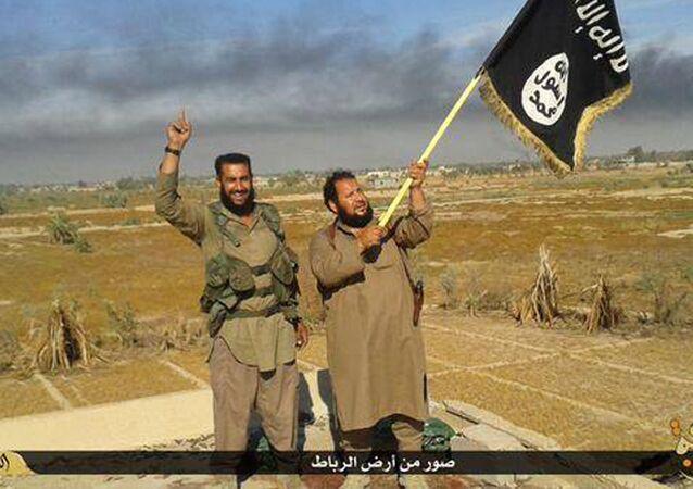 Combattenti ISIS con la bandiera della loro organizazzione