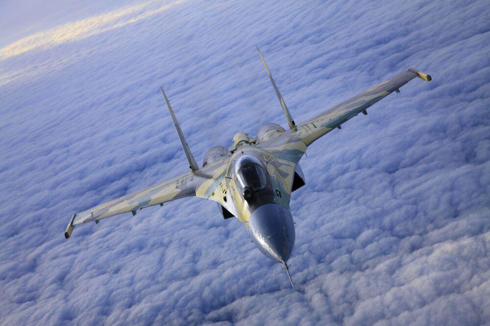 Il caccia Su-35 in volo.