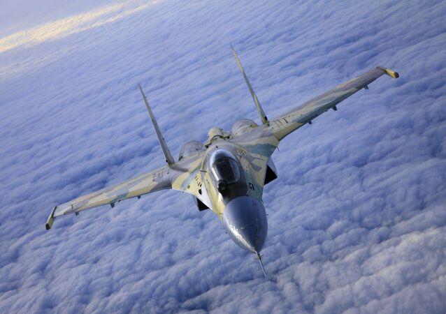 Caccia Su-35 in volo.