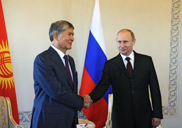 Il presidente del Kirghizistan Almazbek Atambayev e il presidente della Federazione Russa Vladimir Putin