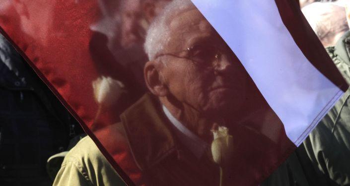 Un manifestante alla marcia in memoria dei Legionari SS a Riga