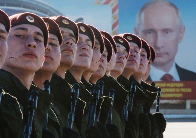 Militari della divisione Dzerzhinski si preparano alla parata della Vittoria