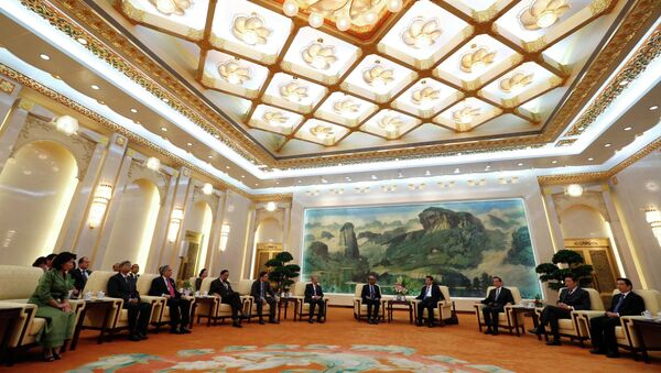 China's President Xi Jinping (4th R) meets with the guests at the Asian Infrastructure Investment Bank (AIIB) launch ceremony at the Great Hall of the People in Beijing in this October 24, 2014 - Sputnik Italia