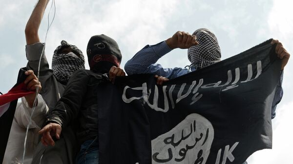 Kashmiri demonstrators hold up a flag of the Islamic State of Iraq and the Levant (ISIL) during a demonstration against Israeli military operations in Gaza - Sputnik Italia