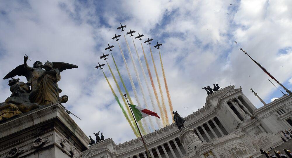 Le Frecce Tricolori si esibiscono nel cielo di Roma, sopra l'Altare della Patria