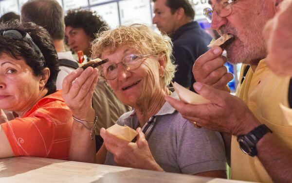 Visitatori entusiasti degustano il caviale al padiglione russo - Sputnik Italia