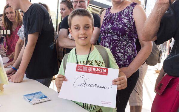 Ai visitatori più piccoli del padiglione russo piace molto vedere scritto il loro nome in russo - Sputnik Italia