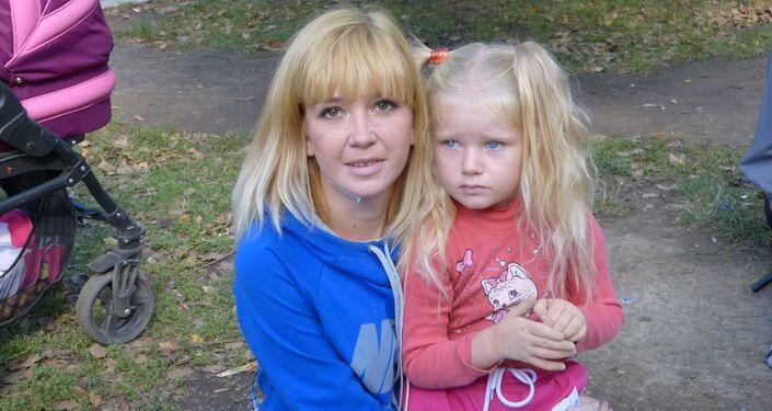 Mamma con la sua bambina a Gorlovka