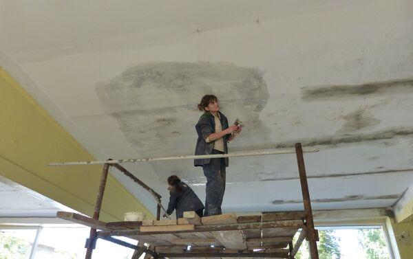 Ricostruzione della scuola a Gorlovka dopo bombardamenti - Sputnik Italia