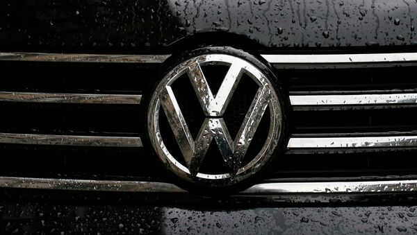Raindrops are seen on the badge of a diesel Volkswagen Passat in central London, Britain September 22, 2015 - Sputnik Italia