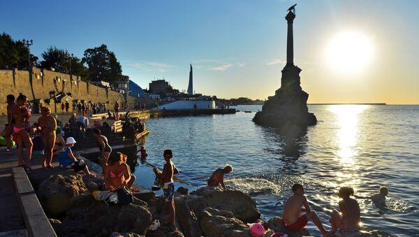 Отдыхающие и местные жители купаются у памятника затопленным кораблям на закате недалеко от Приморского бульвара в Севастополе - Sputnik Italia