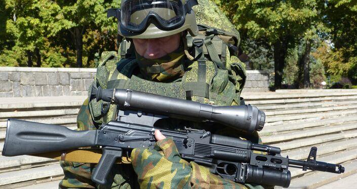 Un soldato in pieno equipaggiamento
