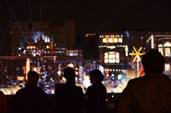 Gli spettatori alla cerimonia dell'apertura del Festival internazionale di Mosca Cerchio di luce. - Sputnik Italia
