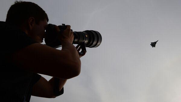 Un fotografo scruta il cielo col suo obiettivo alla ricerca di un caccia russo - Sputnik Italia