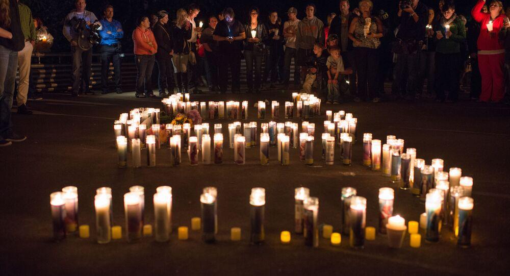 La gente dopo la sparatoria del 1 ottobre a Roseburg, Oregon