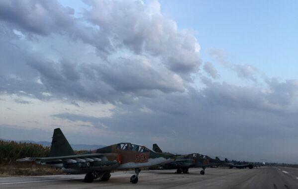 Gli aerei russi Su-25 nella base aerea vicino a Latakia, Siria. - Sputnik Italia