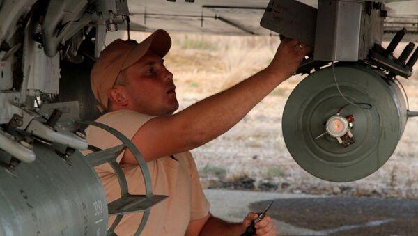 Il personale tecnico alla manutenzione dell'aereo russo nell'aeroporto Hmeimim in Siria. - Sputnik Italia